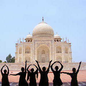 Students spelling out 线上网赌网址  with their hands in front of the Taj Mahal